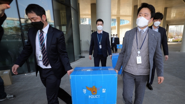 경찰이 17일 오후 정부세종청사 국토교통부에 대해 압수수색을 마친 뒤 압수품을 들고 나오고 있다. ⓒ뉴시스