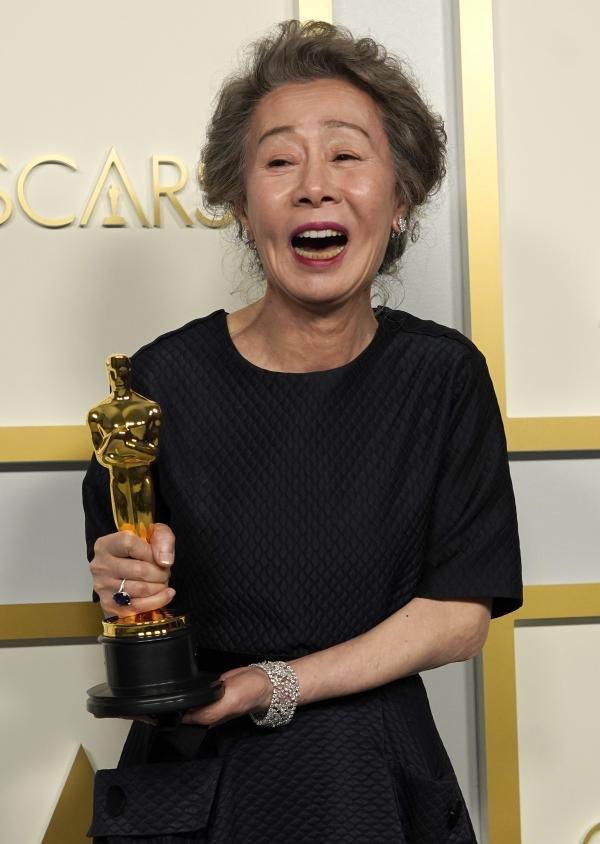 배우 윤여정이 25일(현지시간) 미국 캘리포니아주 로스앤젤레스의 돌비 극장에서 열린 제93회 미국 아카데미 시상식에서 영화 '미나리'로 여우조연상을 받고 기자실에서 포즈를 취하며 활짝 웃고 있다. ⓒ뉴시스·여성신문