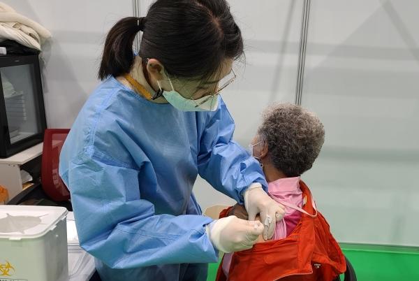 경남 밀양시는 27일 오후 코로나19 예방접종센터가 마련된 삼문동 문화체육회관에서 75세 이상 어르신이 코로나19 백신 접종을 받고 있다.