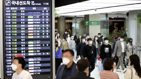 11일 서울 강서구 김포공항 국내선 도착장이 이용객들로 붐비고 있다. ⓒ뉴시스