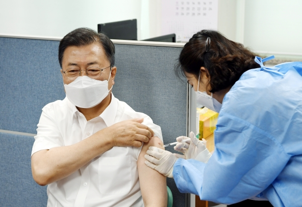 문재인 대통령이 30일 오전 서울 종로구 종로보건소에서 코로나19 백신 2차 예방 접종을 하고 있다.