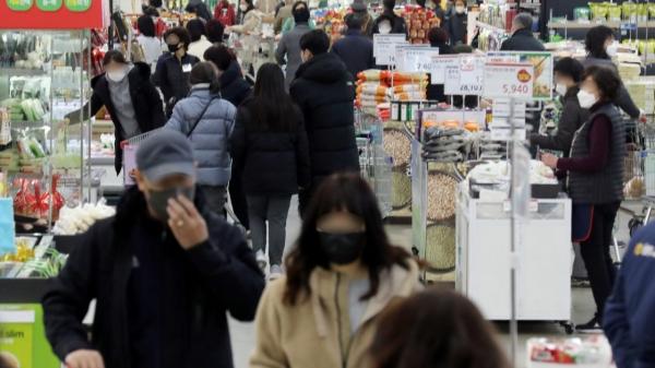 23일 오후 서울 한 대형마트에서 시민들이 장을 보고 있다. ⓒ뉴시스