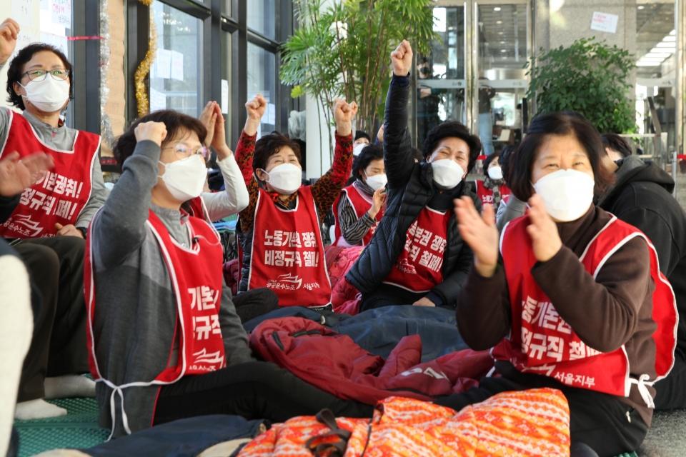 24일 오후 서울 영등포구 LG트윈타워에서 노동시민사회단체 공동대책위원회가 로비에서 고용승계를 촉구하는 파업 농성을 하고 있다. ⓒ홍수형 기자