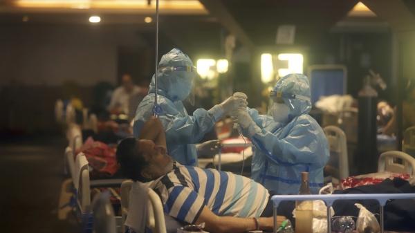 현지시간 30일 인도 뉴델리의 한 임시 병원에서 의료진이 코로나19 환자들을 살피고 있다. ⓒAP/뉴시스