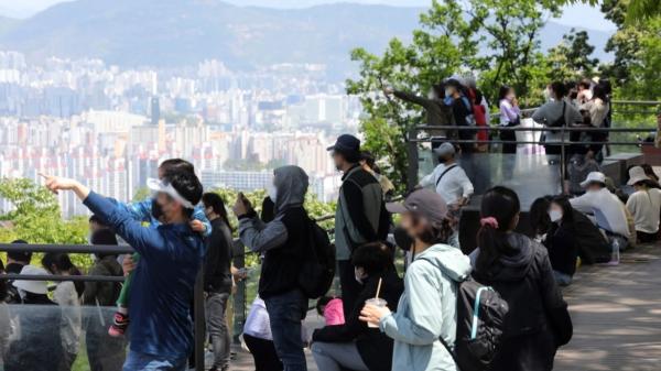 2일 오후 서울 중구 남산에서 시민들이 주말을 보내고 있다. ⓒ뉴시스