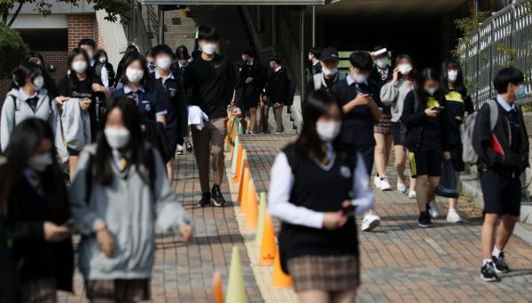 경기 고양시 한 중학교에서 수업을 마친 학생들이 하교하고 있는 모습. 사진은 기사와 무관. ⓒ뉴시스·여성신문