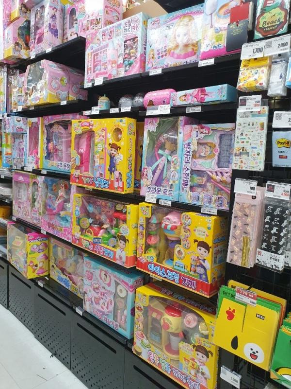 한 대형마트의 여아 완구 코너. 분홍색 위주의 역할놀이 장난감, 코스메틱 제품들이 눈에 띈다. ⓒ여성신문
