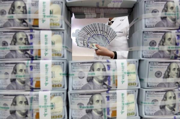 1월말 외환보유액이 4055억1000만달러로 사상 최대를 기록한 가운데 8일 오후 서울 중구 KEB하나은행 위변조대응센터에서 직원이 달러를 정리하고 있다. ⓒ뉴시스·여성신문