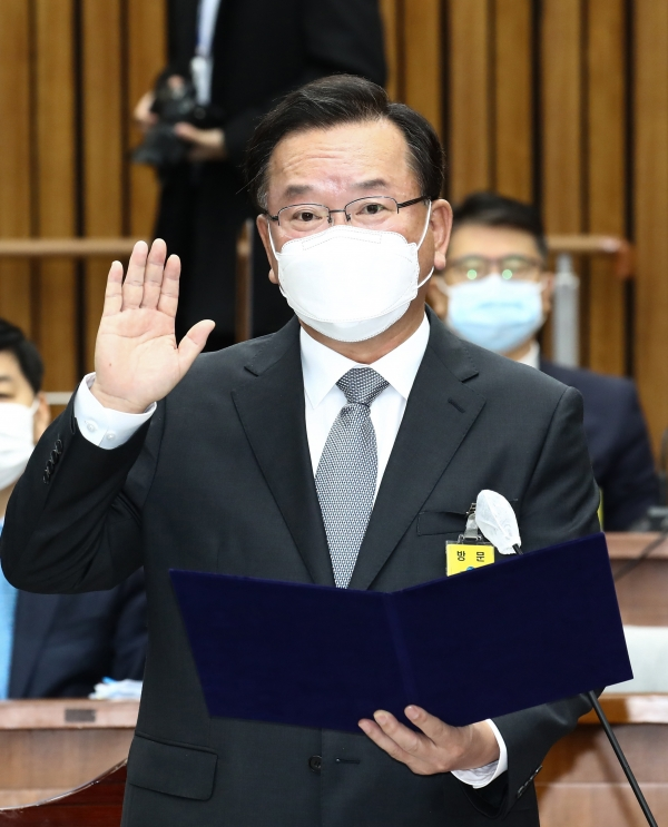 김부겸 국무총리 후보자가 6일 서울 여의도 국회 제3회의장에서 열린 인사청문회에서 선서하고 있다. (공동취재사진)