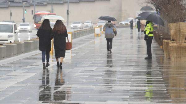 21일 오후 서울 종로구 광화문광장에서 우산을 쓴 시민들이 걷고 있다. ⓒ뉴시스