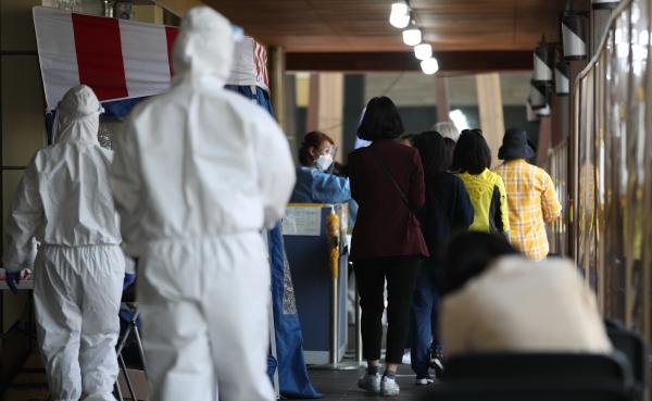 6일 서울 시내 한 보건소 코로나19 선별진료소에서 검사를 받으려는 시민들이 줄 서 있다. ⓒ뉴시스·여성신문