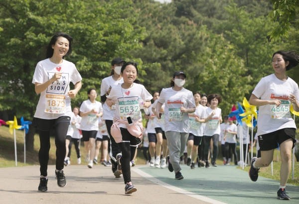 제19회 여성마라톤대회가 4일 서울 마포구 상암월드컵공원 평화광장에서 열려 참가자들이 주로를 달리고 있다. ⓒ여성신문
