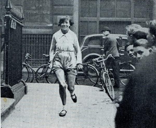 1935년 영국의 여성 마라토너 바이올렛 피어시가 달리는 모습. 피어시는 국제아마추어선수연맹(IAAF)이 인정한 최초의 여자마라톤 세계 최고 기록 보유자다.  ⓒWikipedia