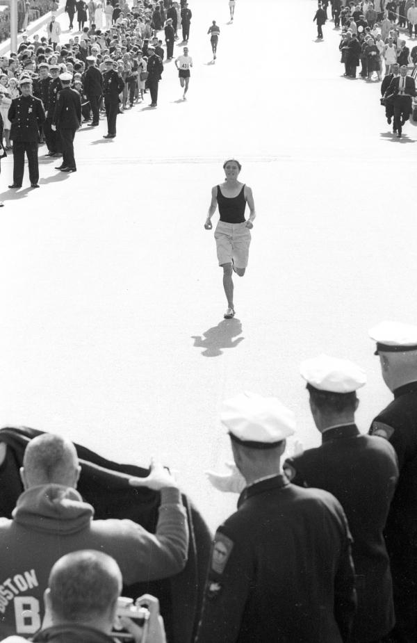 1966년 로베르타 깁 빈게이가 보스턴 마라톤 대회에서 달리고 있다.  ⓒGetty Images