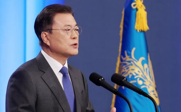 문재인 대통령이 10일 오전 청와대 춘추관 대브리핑룸에서 취임4주년 특별연설을 하고 있다.