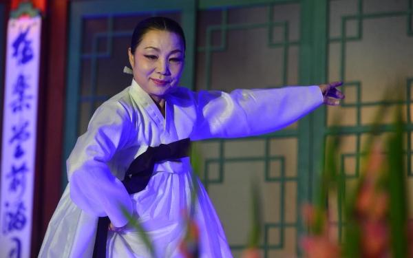 2016년6월7일 오후 서울 서대문구 봉원사 영산재도량에서 열린 '영산재와 함께하는 인류무형문화유산축제'에서 한국무용가 이애주가 살풀이춤 공연을 선보이고 있다.