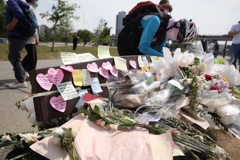 11일 서울 서초구 반포수상택시승강장 앞에 고 손정민 씨를 추모하기 위해 한 시민이 이름이 새겨진 가운을 놓았다. ⓒ홍수형 기자