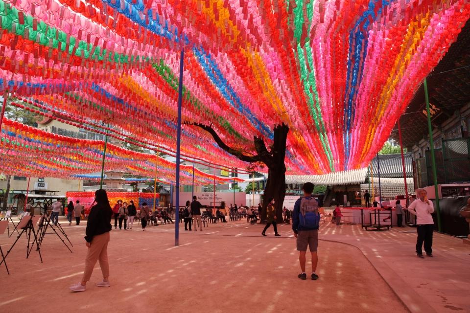 석가탄신일을 11일 앞둔 11일 서울 중로구 조계사에서 불도자들이 기도를 드리기 위해 찾았다. ⓒ홍수형 기자