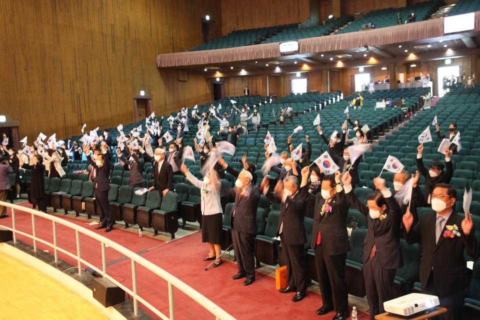 12일 오후 서울 중구 이화여고에서 유관순위원회가 '유관순횃불상 시상식'을 열고 만세 3창 퍼포먼스를 하고 있다. ⓒ홍수형 기자