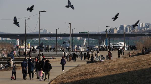 낮 최고기온 12도의 완연한 봄날씨를 보인 24일 서울 여의도 한강공원에서 시민들이 나들이를 즐기고 있다. ⓒ뉴시스