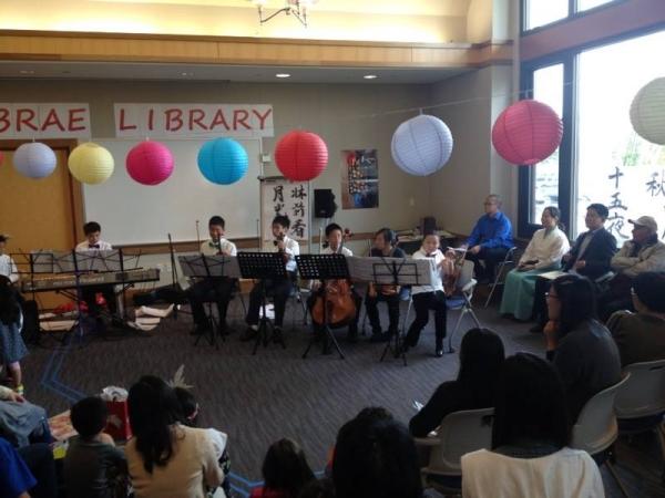 2013년 9월 밀브레 도서관 주최 추석 행사에서 '밀브레 유스챔버'가 한국민요를 연주하고 있다, ⓒ샌프란시스코 총영사관 페이스북