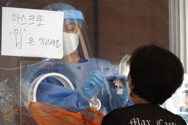 13일 오전 서울역 임시선별진료소를 찾은 시민이 코로나19 검사를 받고 있다.