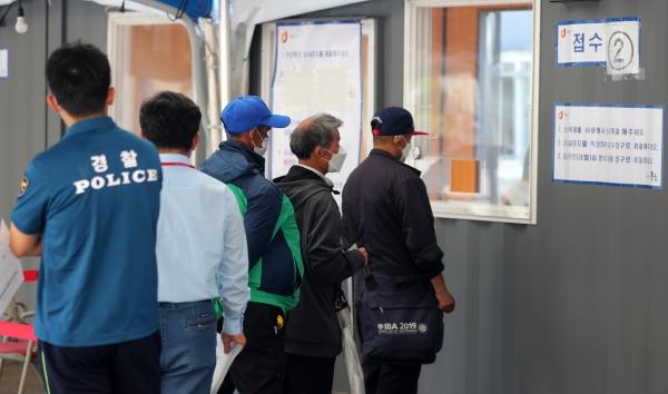 19일 오전 서울 중구 서울역 광장에 마련된 코로나19 임시선별진료소를 찾은 시민들이 줄을 서고 있다. ⓒ뉴시스·여성신문