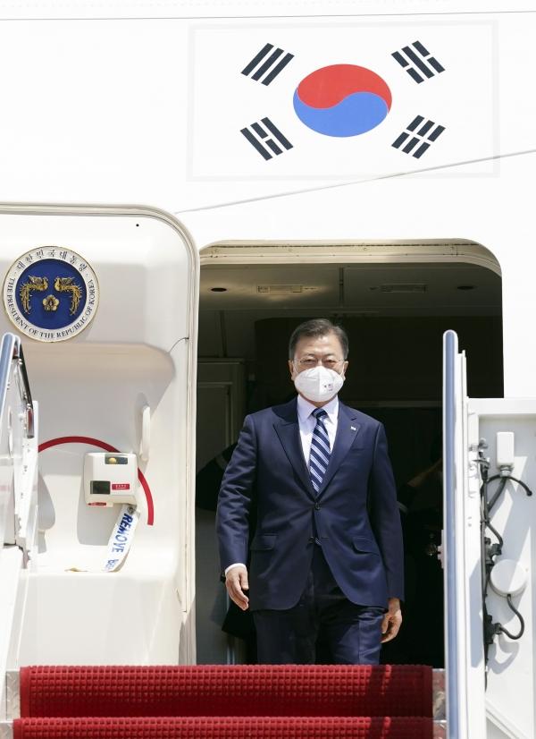 문재인 대통령이 19일(현지시각) 한미 정상회담 참석차 미국 워싱턴 앤드류스 공군기지에 도착해 전용기에서 내리고 있다. ⓒ뉴시스·여성신문