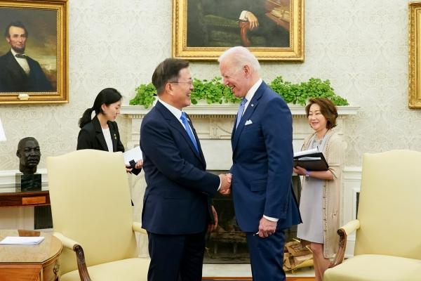 문재인 대통령이 21일 오후(현지시간) 미국 워싱턴 백악관 오벌오피스에서 열린 소인수 회담에 참석해 조 바이든 미국 대통령과 악수를 하고 있다. ⓒ뉴시스·여성신문