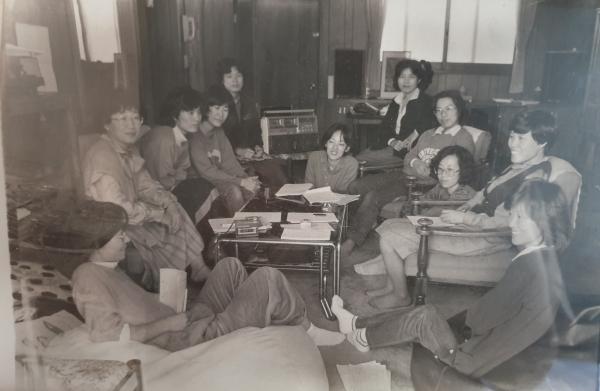 조한혜정 연세대 명예교수 등 또하나의문화 동인들과 함께 있는 고정희 시인 ⓒ여성신문