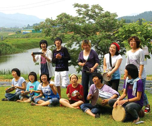 2008년 6월, 하자센터에서 독립한 사회적 기업 '노리단' 이 고정희 시인 무덤가에서 공연하는 모습. ⓒ여성신문