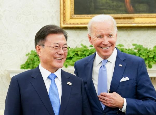 문재인 대통령이 21일 오후(현지시간) 미국 워싱턴 백악관 오벌오피스에서 소인수 회담 전 조 바이든 미국 대통령과 대화를 나누고 있다.&nbsp; ⓒ뉴시스·여성신문<br>