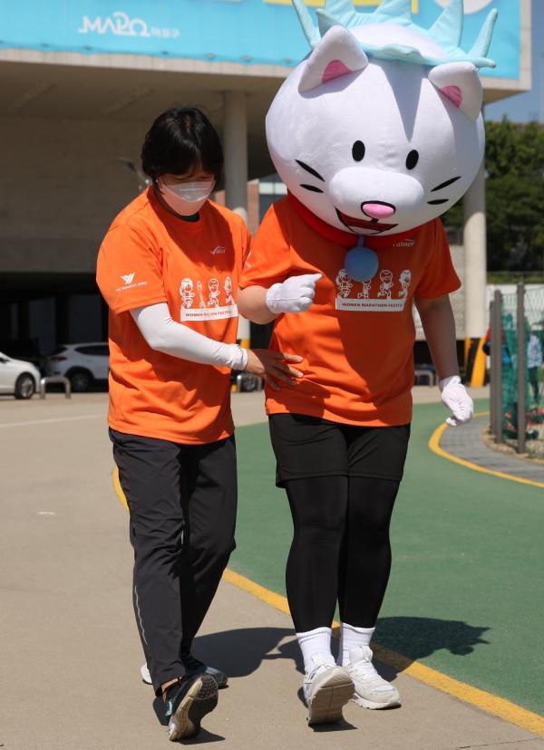 강사 김선옥씨가 신냥이에게 올바른 달리기 자세를 알려주는 모습. ⓒ여성신문