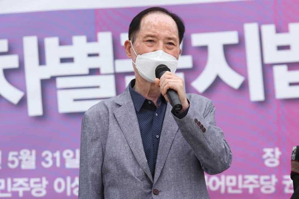 31일 서울 여의도 국회의사당 본청 앞 계단에서 차별금지법제정연대가 '평등의 약속, 차별금지법 바로 지금' 기자회견을 열고 권영길 사단법인 평화철도 상임대표가 발언을 하고 있다. ⓒ홍수형 기자