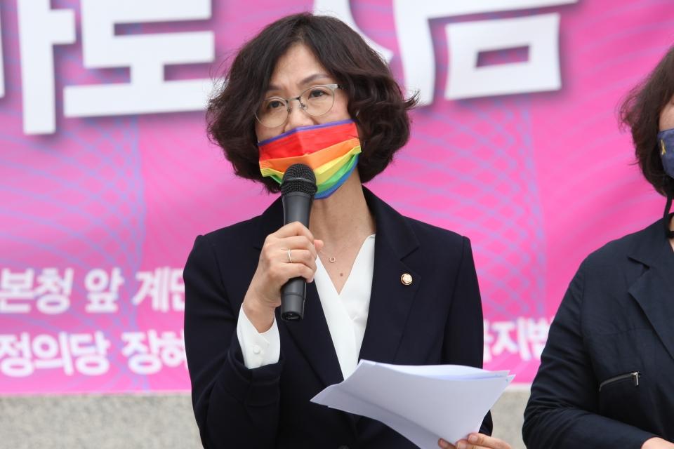 31일 서울 여의도 국회의사당 본청 앞 계단에서 차별금지법제정연대가 '평등의 약속, 차별금지법 바로 지금' 기자회견을 열고 권인숙 더불어민주당 의원은 발언을 하고 있다. ⓒ홍수형 기자