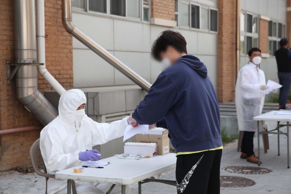 3일 오후 서울 송파구 서울체육중고등학교에 설치된 코로나19 이동식 PCR검사소에서 학생 및 교직원들이 검사를 받고 있다. ⓒ홍수형 기자