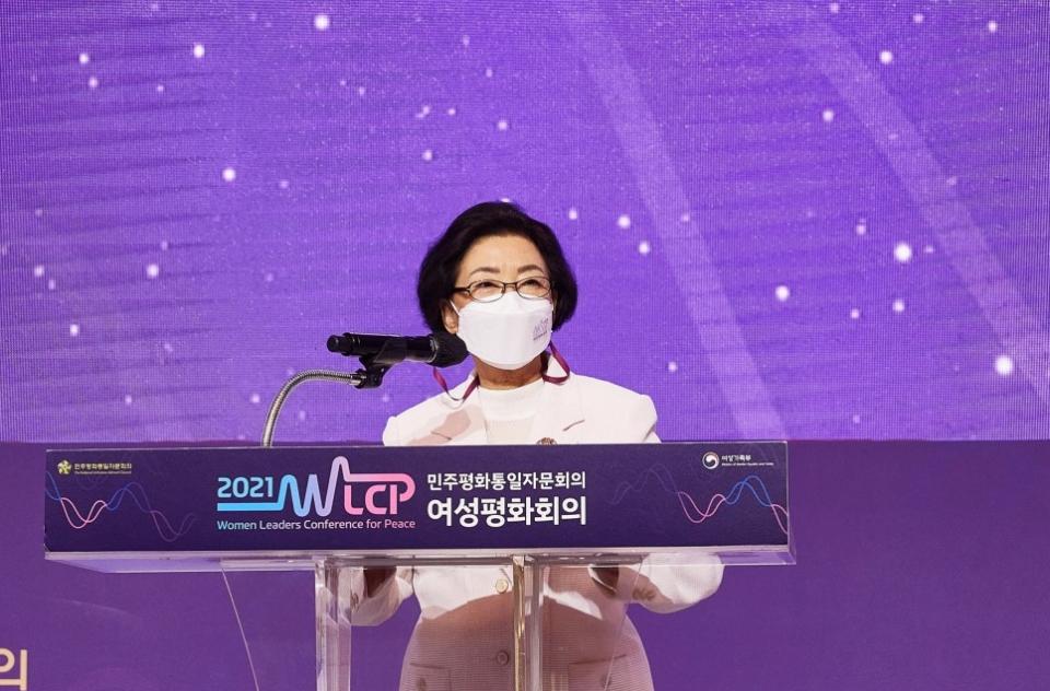 신낙균 민주평통 여성부의장이 지난 5월 27일 서울 스위스그랜드호텔에서 열린 '2021 여성평화회의'에서 개회사를 하고 있다.  ⓒ민주평화통일자문회의
