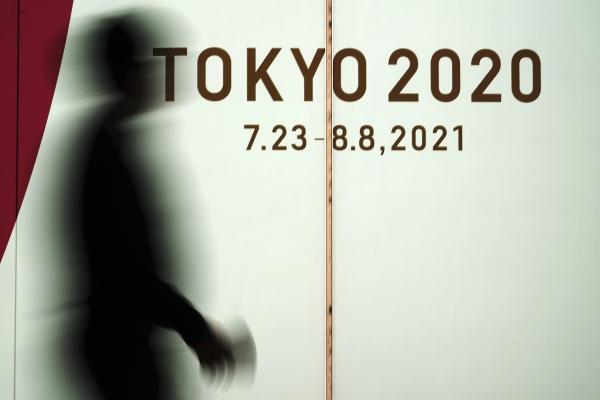 지난 3월 17일 일본 도쿄에서 코로나19 확산을 막기 위해 마스크를 쓴 한 남성이 2020 도쿄 올림픽 광고판 앞을 지나고 있다. ⓒ뉴시스·여성신문