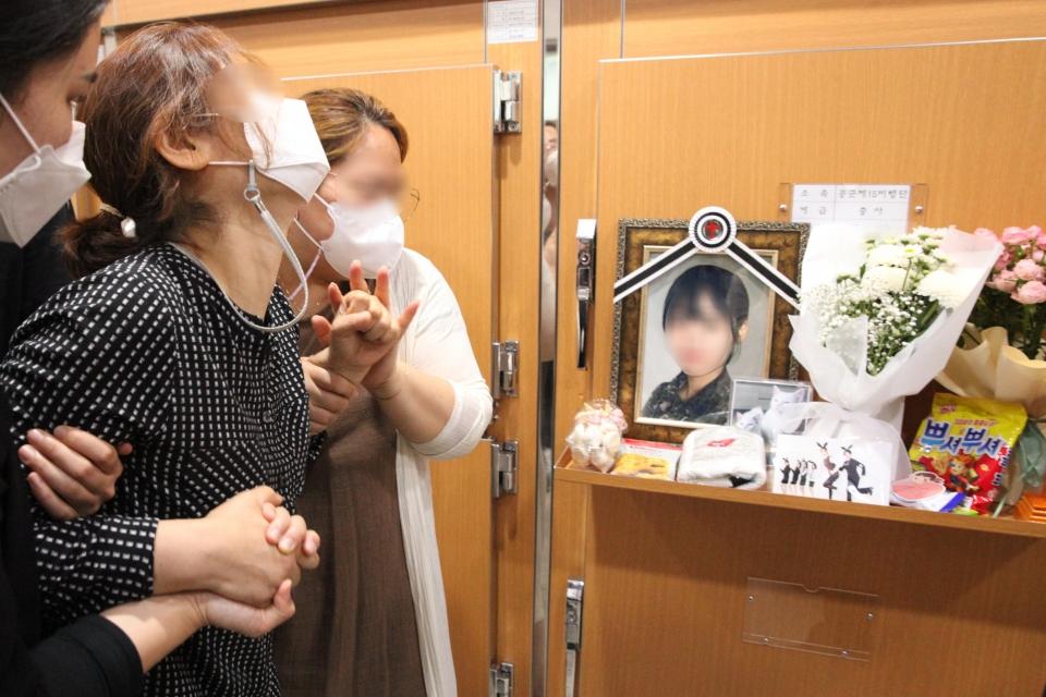 4일 경기도 성남시 국군수도병원 장례식장 영안실에서 피해자 어머니가 딸의 영정사진을 보면서 울부짖고 있다. ⓒ홍수형 기자