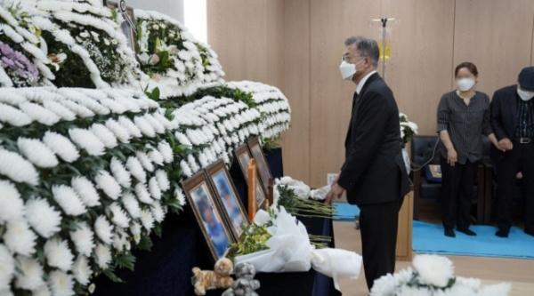 문재인 대통령이 지난 6일 오전 경기 성남 국군수도병원에 마련된 공군 이모 중사의 추모소를 찾아 고인의 영정을 바라보고 있다. ⓒ청와대