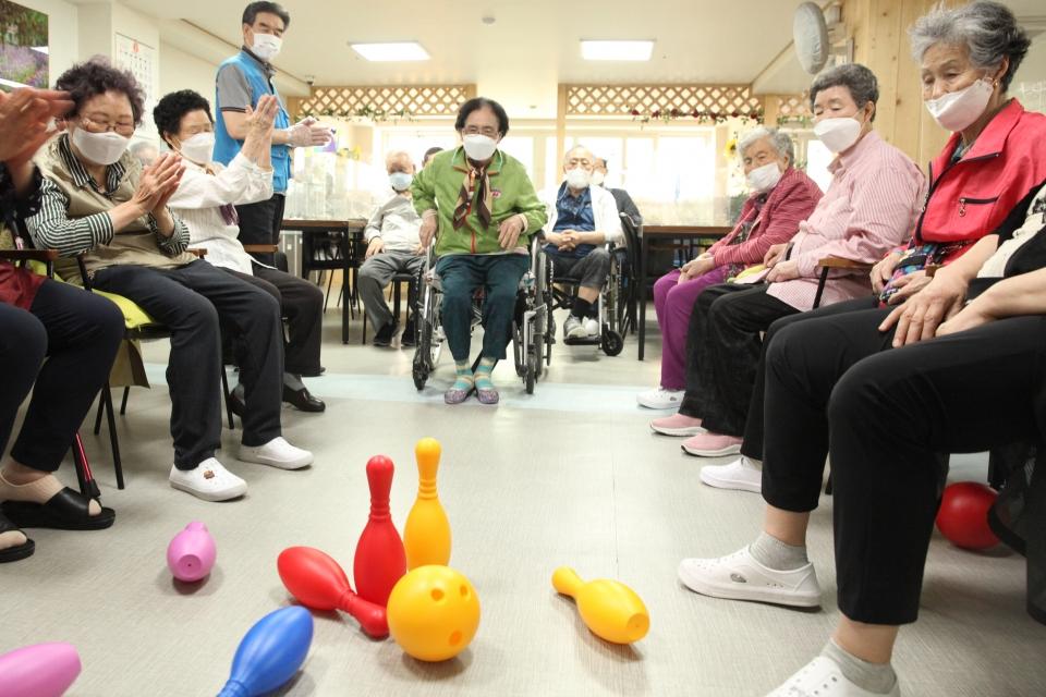 '우리팀 화이팅'노인학대의 날 앞둔 8일 서울 양천구 연세데이케어센터에서 어르신들은 볼링게임을하며 응원하고 있다. ⓒ홍수형 기자