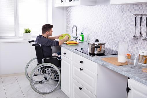휠체어 사용자도 쓸 수 있는 싱크대 디자인 ⓒiStockPhoto