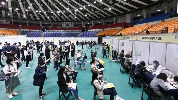 경기도 수원시 장안구 수원실내체육관에서 열린 '2021 수원시 일자리 박람회'에서 구직자들이 상담순서를 기다리고 있다.  ⓒ뉴시스