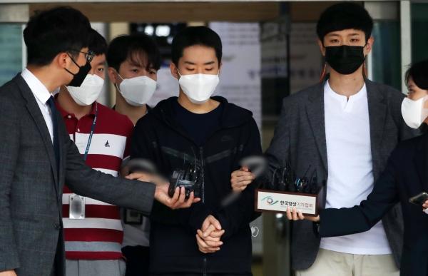 남성들과 영상 통화를 하며 알몸인 모습을 녹화하고 이를 유포한 피의자 김영준(29)이 11일 오전 서울 종로경찰서를 나와 검찰로 송치되고 있다. ⓒ뉴시스·여성신문