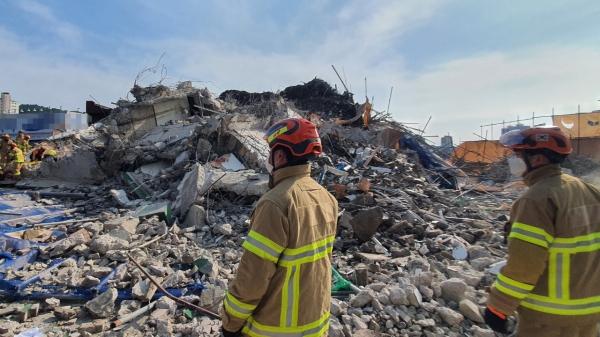 9일 오후 4시22분께 광주 동구 학동 한 주택 철거 공사장에서 잔해가 인근 도로를 달리던 버스를 덮쳤다. 이 사고로 버스가 잔해물로 덮혔으며, 승객 등이 매몰됐다. ⓒ광주동부소방서/뉴시스