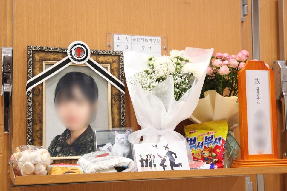 4일 경기도 성남시 국군수도병원 장례식에서 이 모 공군 여성 부사관이 안치된 영안실을 유가족들은 영정사진을 어루만지고 있다. ⓒ홍수형 기자