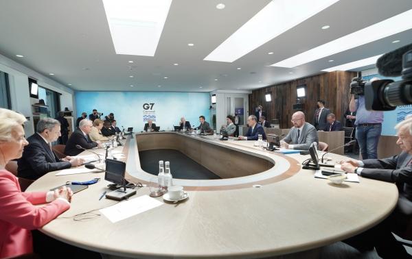 문재인 대통령이 13일(현지시간) 영국 콘월 카비스베이에서 열린 '기후변화 및 환경' 방안을 다룰 G7 확대회의 3세션에 참석해 있다. 왼쪽부터 시계방향으로 우르줄라 폰데어라이엔 EU 집행위원장, 이탈리아 마리오 드라기 총리, 호주 스콧 모리슨 총리, 독일 앙겔라 메르켈 총리, 남아공 시릴 라마포사 대통령, 문 대통령, 영국 보리스 존슨 총리, 미국 조 바이든 미국 대통령, 프랑스 에마뉘엘 마크롱 대통령, 캐나다 쥐스탱 트뤼도 총리, 일본 스가 요시히데 총리, 샤를 미셸 EU 정상회의 상임의장. ⓒ뉴시스·여성신문