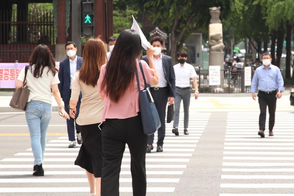 14일 서울 종로구 한 사거리에서 시민들은 무더위를 피하기 위해 발걸음을 옮기고 있다. ⓒ홍수형 기자