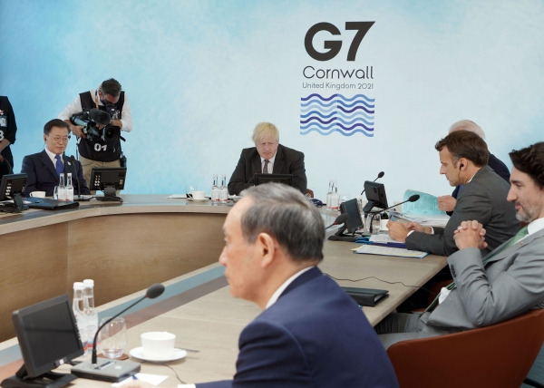 문재인 대통령이 13일(현지시간) 영국 콘월 카비스베이에서 열린 '기후변화 및 환경' 방안을 다룰 G7 확대회의 3세션에 참석해 있다.