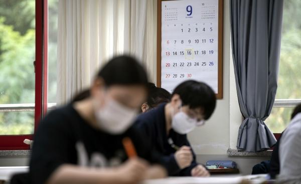 021학년도 대학수학능력시험을 앞두고 마지막 모의고사가 열린 16일 오전 대구 수성구 범어동 정화여자고등학교에서 3학년 학생들이 배부 받은 문제지를 살펴보고 있다.